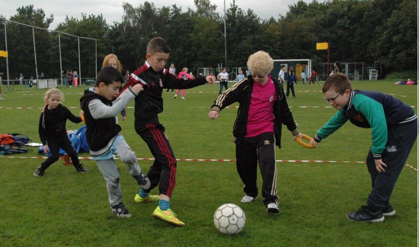 Startdag voor de jeugd met voetbal en spel